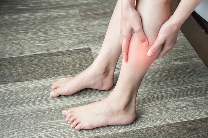 vörös foltok a lábszáron az alsó hasban)